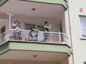 Maskeli eldivenli Mehter Takımından evde kalan vatandaşa destek