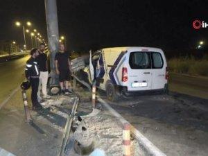 Sürücünün kararsız kalıp yön değiştirdiği araç bariyerleri yerinden söktü