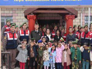 Minik öğrencilerden asker abilerine sevgi kolisi