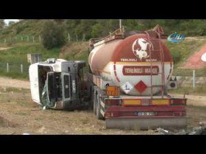 Yakıt tankeri ile çarpışan öğrenci servisi yan yattı