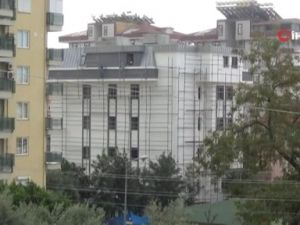 7 katlı binanın iskelesinde ölüme meydan okudular