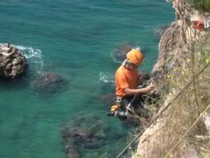 AKUT 40 metrelik falezlerde bu defa çevreyi kurtarmak için operasyon yaptı