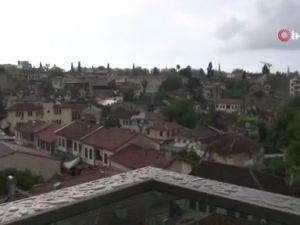 Antalya'da yaz yağmuru ıslattı