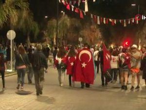 Binlerce Antalyalı dev bayrak ve meşalelerle yürüdü